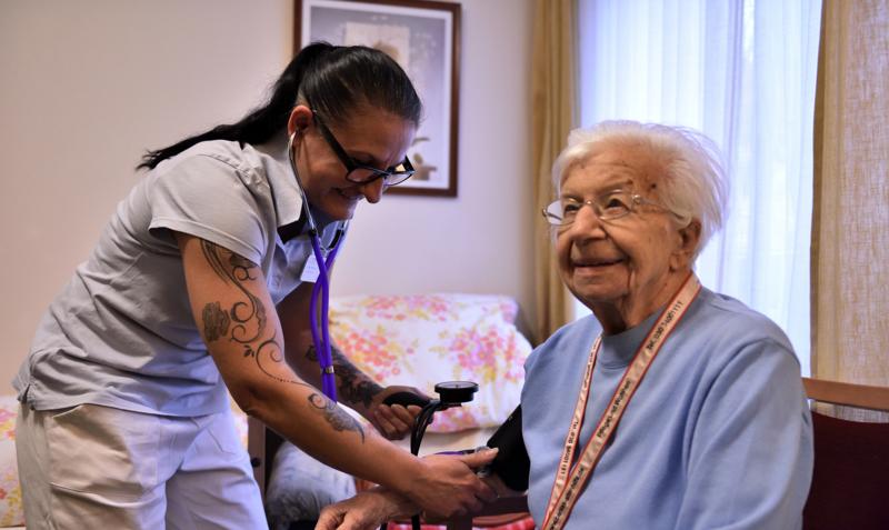 Diaschau von Fotos, die den Alltag von Pflegenden (in der staionären Altenpflege)zeigen